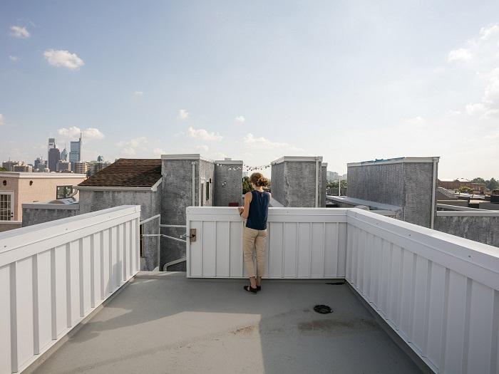 Большая открытая терраса на крыше пятиэтажного частного дома (Tiny Tower, Филадельфия). | Фото: dezeen.com.