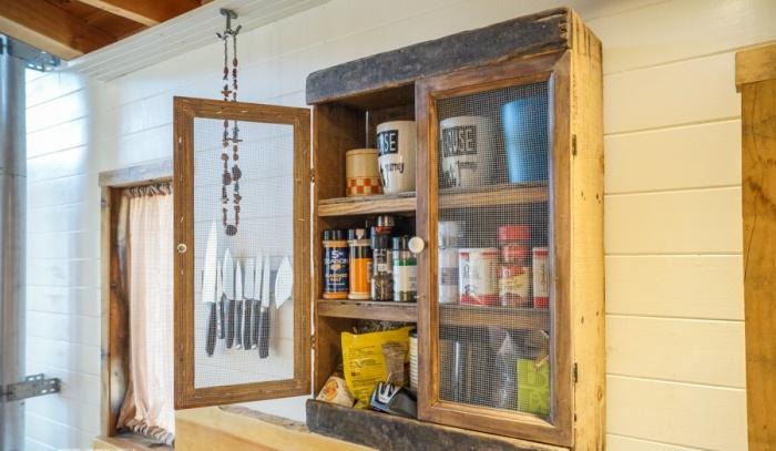 Съестные запасы лучше хранить на виду, чтобы вовремя их пополнять (Tiny House Giant). | Фото: kozynak.com.
