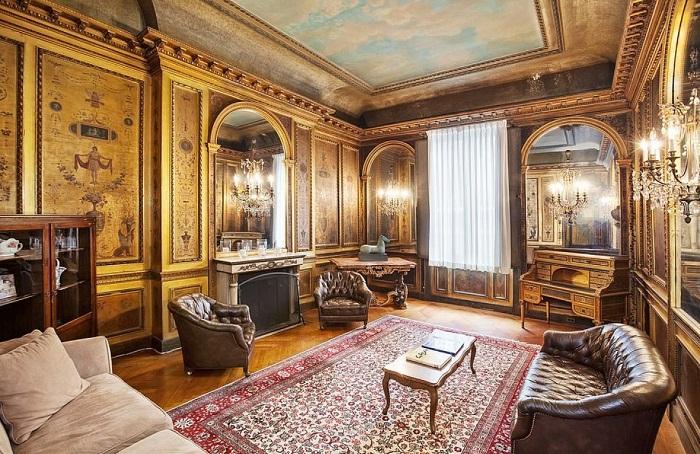 Интерьер гостиной в резиденции на Пятой авеню в Верхнем Ист-Сайде на Манхэттене.