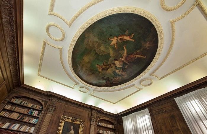 Потолки украшают фрески с изображением ангелочков.