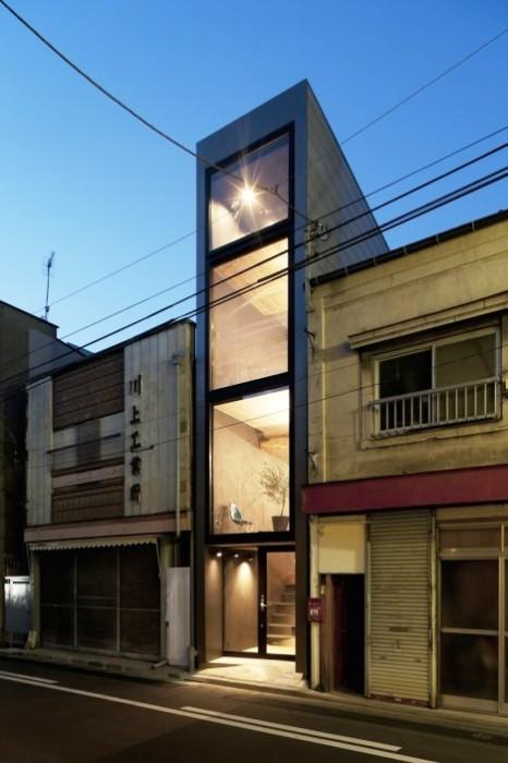 Огромные окна позволили создать объемное пространство («Ultra-Narrow House», Япония). | Фото:  weburbanist.com.