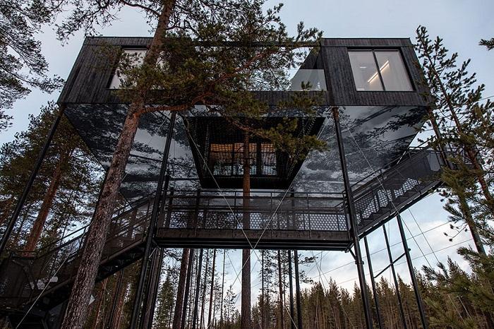 Фантастический отель, затерянный в лесу.
