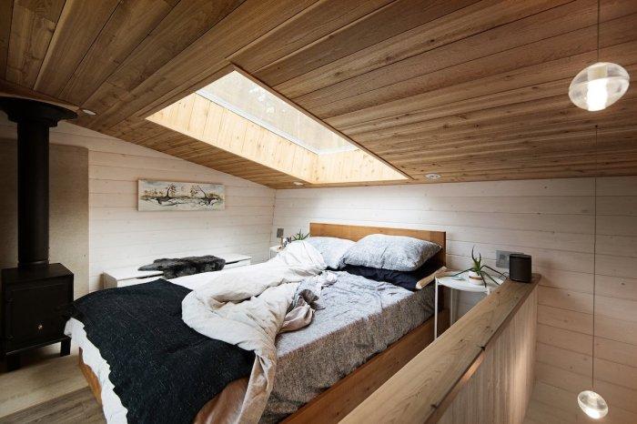 Спальня в мансардной зоне – идеальное решение для маленьких площадей (Galiano 100, Ванкувер). | Фото: mymodernmet.com/ Ярус Браун.
