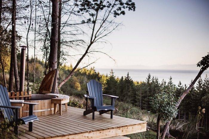С площадки, где расположена купель и зона отдыха открывается восхитительный пейзаж (Galiano 100, Ванкувер). | Фото: mymodernmet.com/ Ярус Браун.