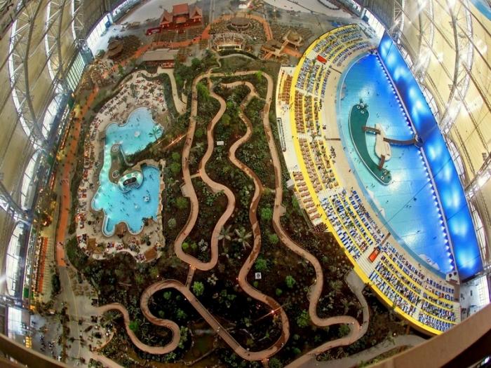 Под куполом ангара для дирижаблей создали настоящий тропический рай («Das Tropical Islands Resort», Германия).   Фото: travel.ru.