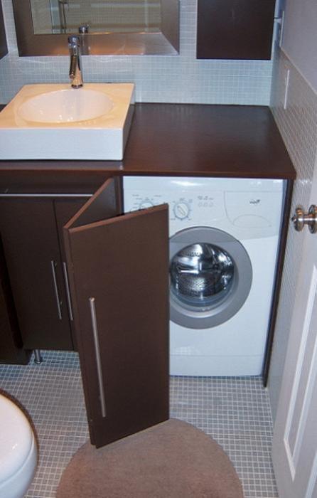Раковина с тумбой под стиральную машину.