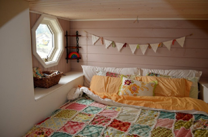 На втором уровне разместили кровать.