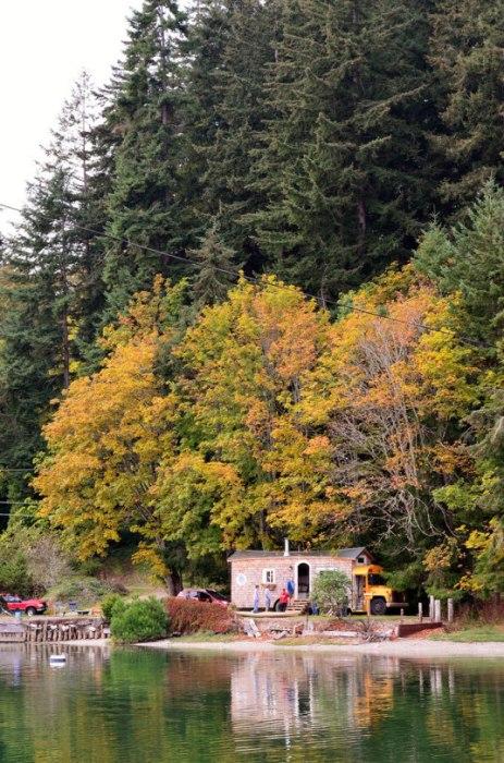Свой маленький дом на колесах семья Томпсон установили на берегу озера.