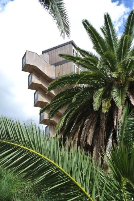 Зазубрины на торцах здания стали своеобразным украшением всего комплекса (Hotel du Lac, Тунис). | Фото: cairobserver.com.