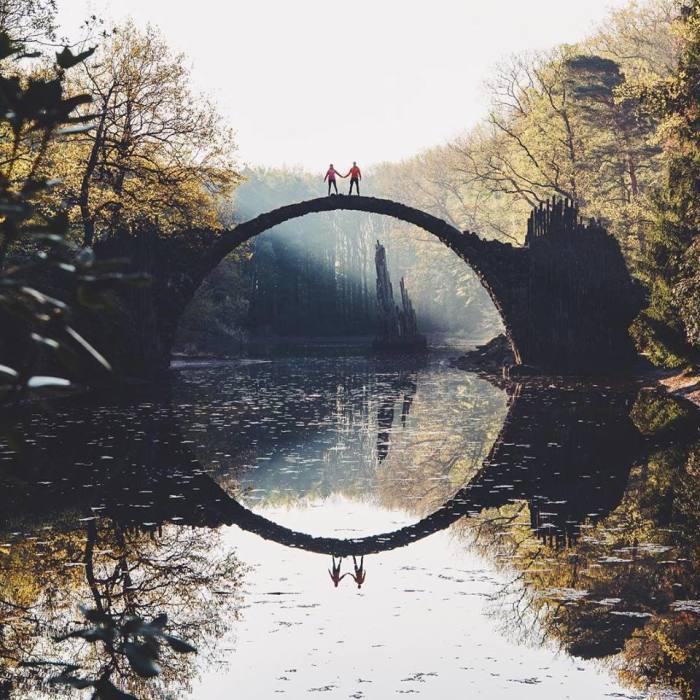 На данный момент функция моста только декоративная, нарушившим запрет грозит административный штраф. | Фото: linktoiam.tumblr.com.
