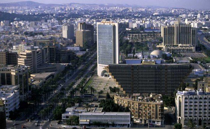 Отель ярким пятном выделяется на фоне стандартных построек города (Hotel du Lac, Тунис). | Фото: feedup.ru.