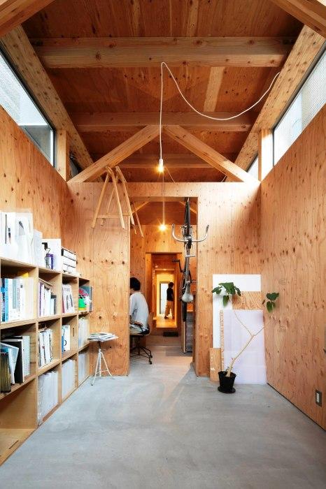 Часть первого этажа была адаптирована под открытие дизайнерской студии. | Фото: googleusercontent.com.
