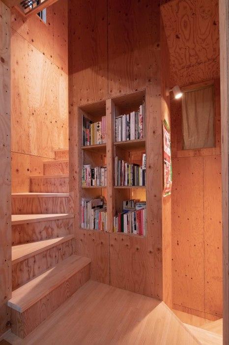 Для оптимизации пространство многофункциональная деревянная лестница проходит по центру строения. | Фото: googleusercontent.com.