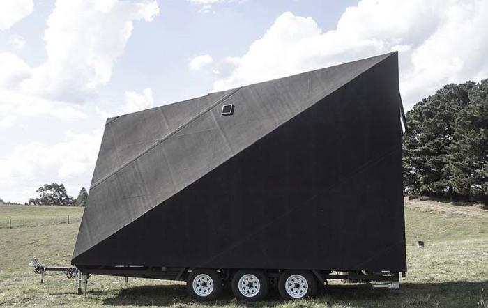 Микро-дом на колесах полностью обтянули атмосфероустойчивой резиной («Base Cabin», Мельбурн). | Фото: vinegred.ru.