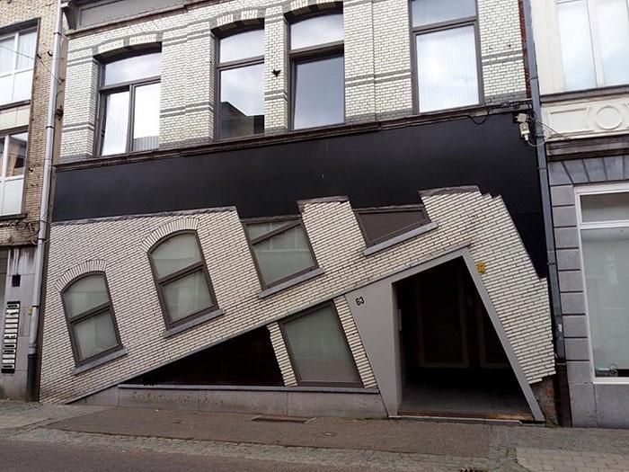 Тот случай, когда архитектору нельзя отвлекаться от чертежа («Ugly Belgian Houses»). | Фото: boredpanda.com.