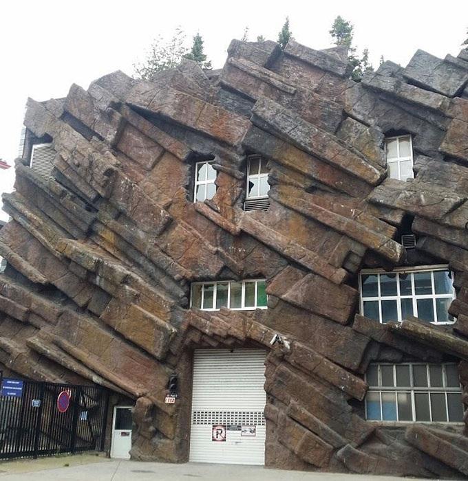 Если владелец большой почитатель мегалитической архитектуры («Ugly Belgian Houses»). | Фото: boredpanda.com.