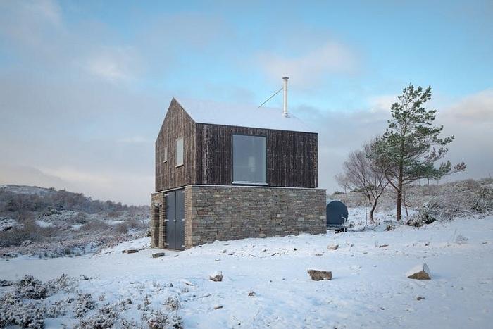 Первый объект, созданный на опушке леса, служил жильем для строителей (Lochside House, Великобритания). | Фото: roofingtoday.co.uk.
