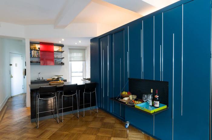 Стол можно использовать в разных целях (Unfolding apartment, Манхэттен). | Фото: contemporist.com.