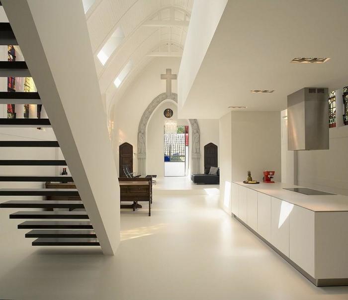 Кухня оформлена в том же цветовом решении, что и весь дом.