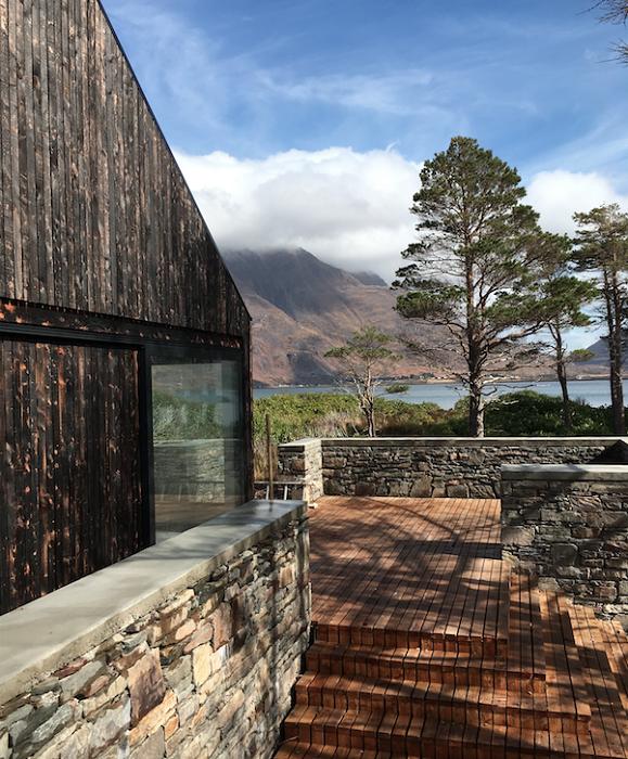 Жилой комплекс и все подворье были созданы только с природных материалов (Lochside House, Великобритания). | Фото: haysomwardmiller.co.uk.