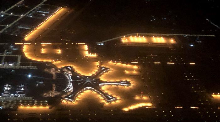 Освещение с окон, расположенных на крыше терминала служат ориентиром для пилотов воздушных кораблей (Daxing International Airport, Пекин). | Фото: gazeta.ru.