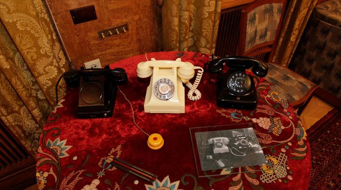 Телефонные аппараты, которыми были уставлены все дачи вождя (Дача в Кунцево). | Фото: gazeta.ru.