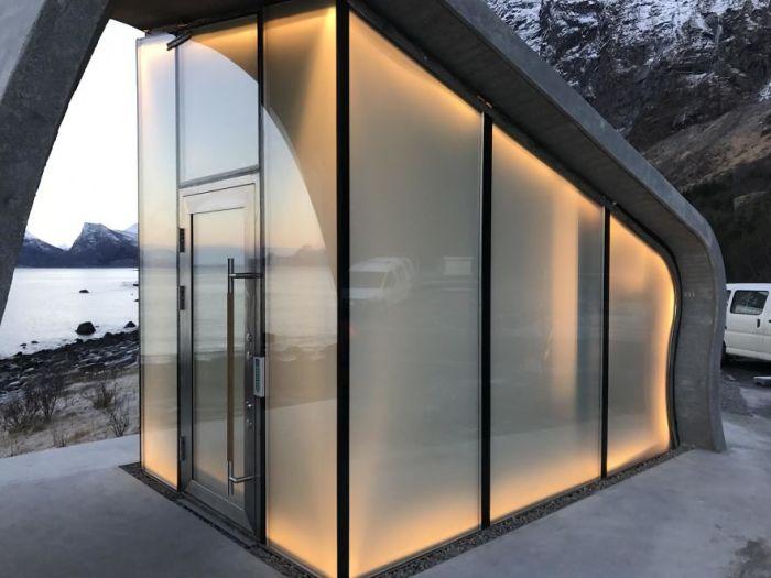 Панорамные окна, изготовленные из матового высокопрочного стекла, позволяют любоваться окружающей красотой (Зона отдыха Ureddplassen, Норвегия). | Фото: uniilad.blogspot.com.