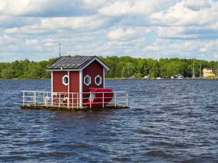 В этом очаровательном домике, нашедшего пристанище посреди озера, имеется скромная подводная каюта. | Фото: mymodernmet.com.