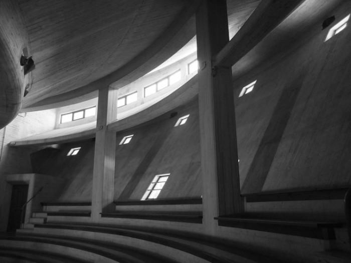 Интерьер мемориальной церкви в Лонгароне, Италия). | Фото: interestingengineering.com.