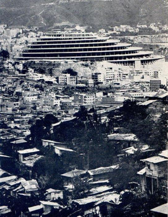 В 70-х годах прошлого века недостроенный «Геликоид» превратился в притон наркоторговцев и бандитских группировок (Каракас, Венесуэла). | Фото: hiddenarchitecture.net.