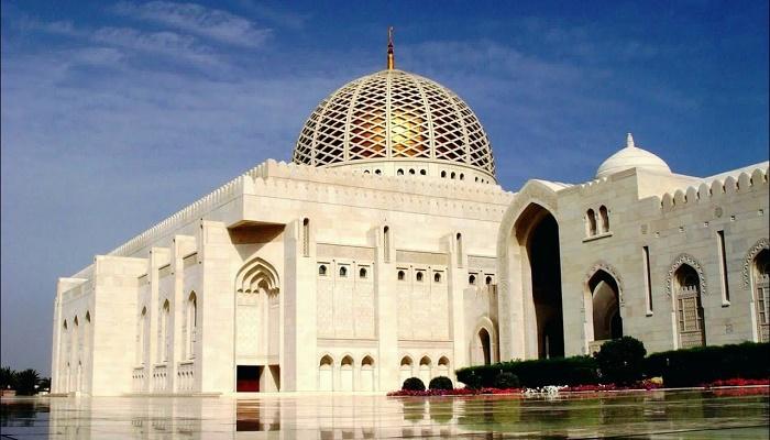 Изящный купол Великой мечети в Маскате вдохновил на создание особенной формы театра (Оман). | Фото: onemileatatime.com.