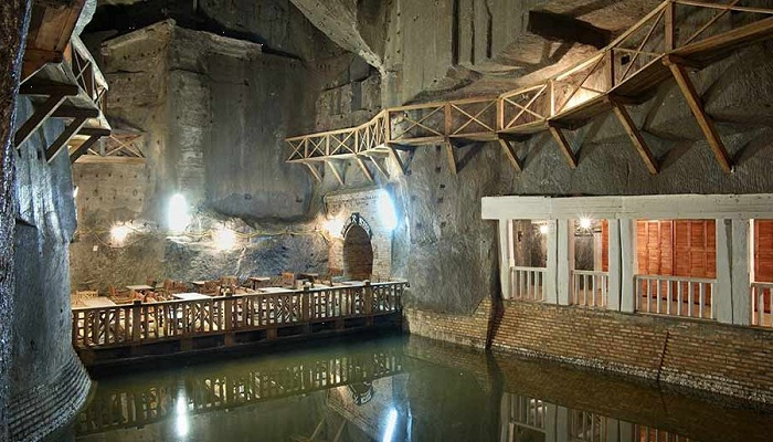 Гостей шахты проводили по мостам, свисающим над соленым озером.