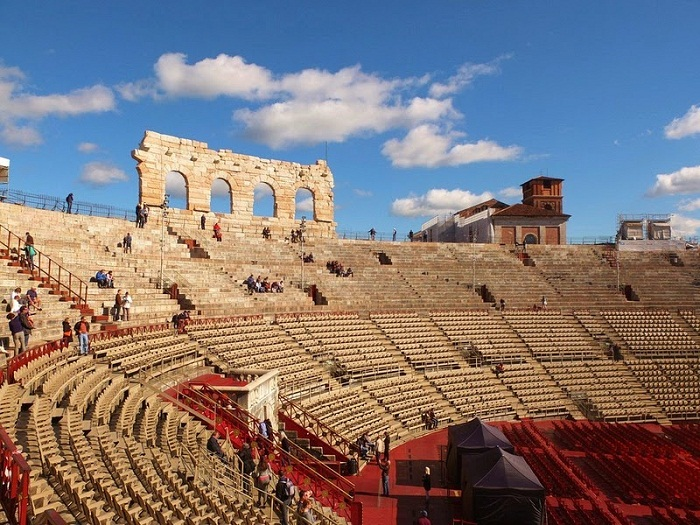 Только четыре арки древнеримской арены сохранились в первозданном виде.