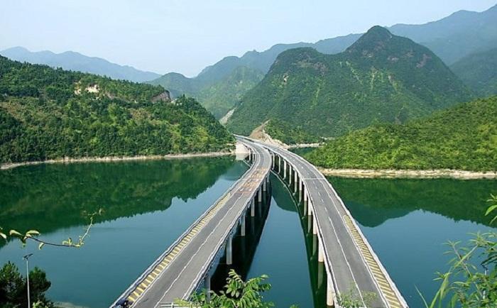 Даньян-Куньшаньский виадук проходит над озерами и реками.