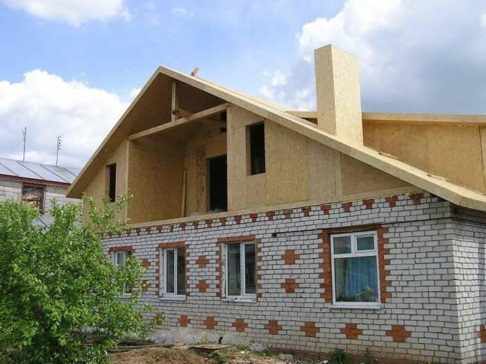 С помощью мансарды можно увеличить площадь старого дома. | Фото: alumdevelop.ru.