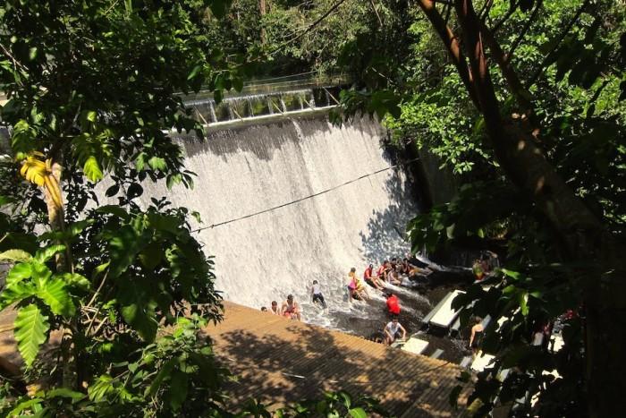 Гости ресторана не отказывают себе в удовольствии просто полежать в воде («Labassin Waterfall Restaurant», Филиппины). | Фото: kipudin.com.