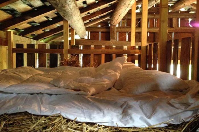 Над амбаром имеется колоритная спальня на настоящем сеновале (Villa Vals, Швейцария).   Фото: onekindesign.com.