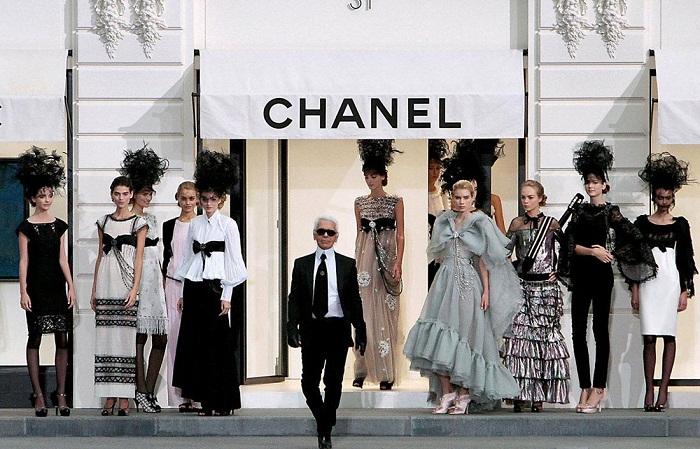 Карл Лагерфельд более 30 лет был креативным директором модного дома Chanel. | Фото: mercadinhodedesign.com.br.