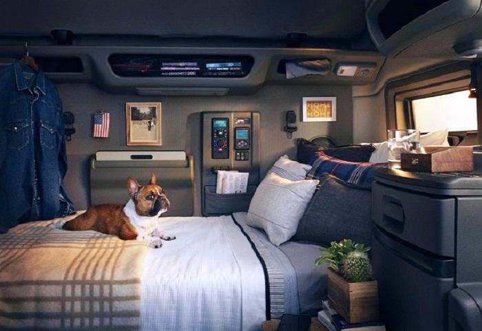 О таком обустройстве жилого модуля мечтает каждый водитель-дальнобойщик. | Фото: comandir.com.