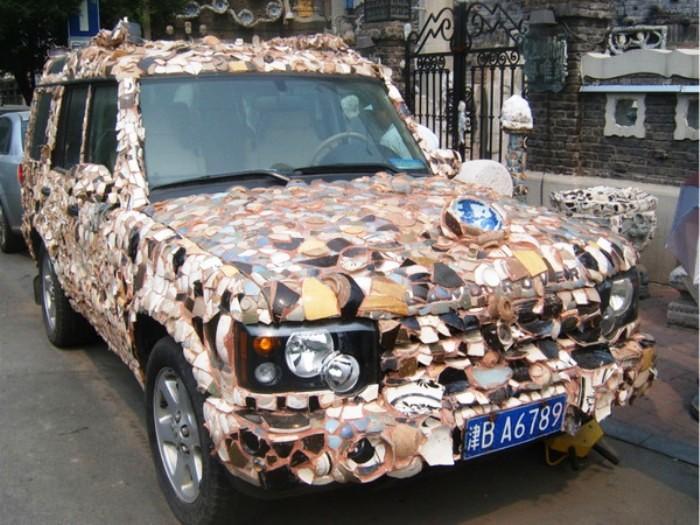 И даже автомобиль украшен антикварным фарфором.
