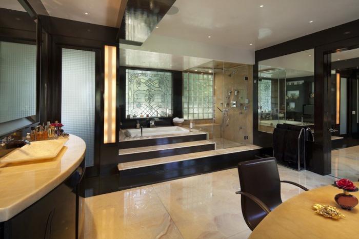 Одна из 6 ванных комнат особняка «Warner Estate» (Лос-Анджелес, США). | Фото: variety.com.