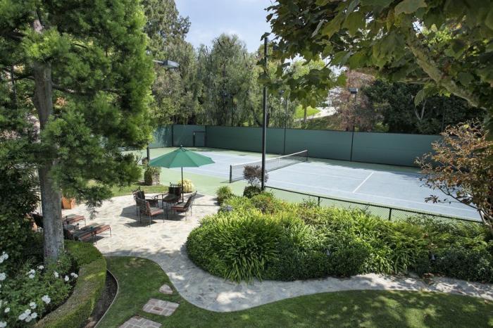 На территории усадьбы в Беверли-Хиллз есть теннисный корт (Лос-Анджелес, США). | Фото: variety.com.