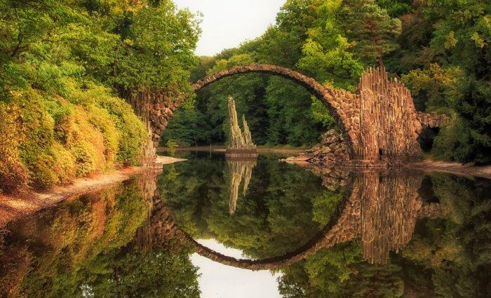 Необыкновенной красоты мост расположен в ландшафтном парке городка Габленц (мост Ракотцбрюке, Германия). | Фото: ferienwohnung-halbendorf.de.