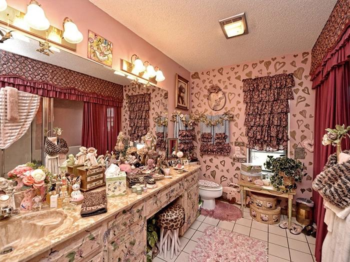 Глядя на буйство красок и переизбыток статуэток, шкатулок, рюшей и оборок сразу и не поймешь, что это ванная комната. | Фото: awesomeinventions.com.