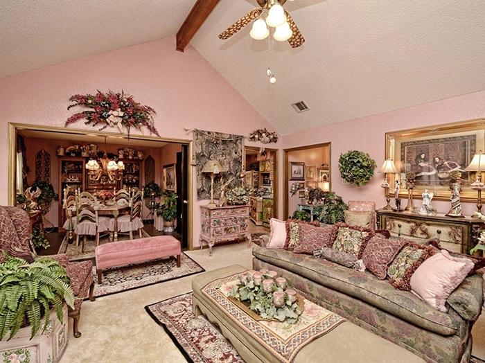 Вычурная гостиная вряд ли сможет вместить много гостей – все заполонили подушки, декор и цветы. | Фото: awesomeinventions.com.