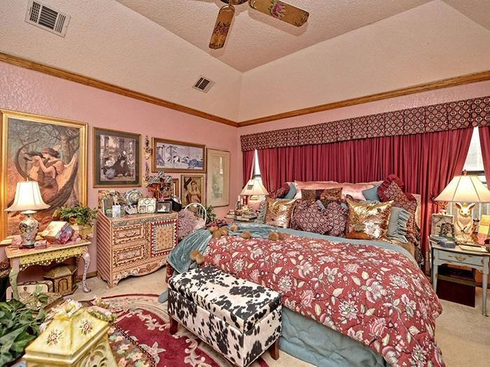 Перенасыщенность красками, обилие предметов и вещей в спальне вряд ли поспособствуют здоровому сну. | Фото: awesomeinventions.com.