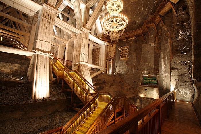 Удивительная лестница встречает посетителей подземного города.