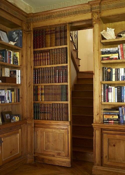 Современный вход на потайную лестницу.