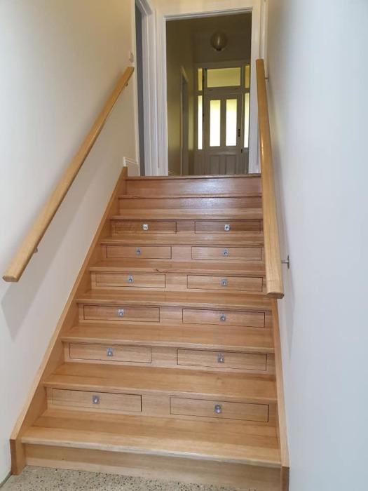 Эта обычная на вид лестница позволяет спрятать 156 бутылок вина. | Фото: mymodernmet.com.