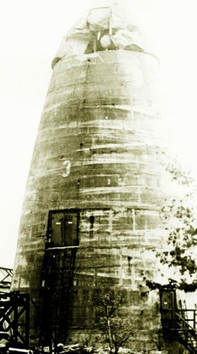 Только одна башня «Winkelturme» пострадала от прямого попадания снаряда, остальные выстояли (архивный снимок поврежденного сооружения). | Фото: luftschutzbunker-wilhelmshaven.de.